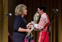 Наталья Корягина вручает медаль Ольге Ромберг